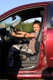 Programa piloto del muchacho en coche Foto de archivo
