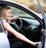 Programa piloto femenino alegre en la rueda Imagenes de archivo