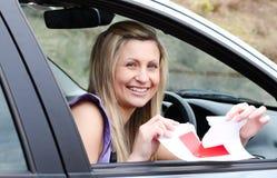 Programa piloto femenino joven alegre que rasga encima de su L muestra Imagen de archivo libre de regalías