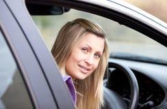 Programa piloto femenino joven atractivo que se sienta en su coche Fotos de archivo libres de regalías