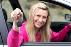 Programa piloto femenino joven sonriente que muestra un clave Imagen de archivo