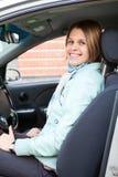 Programa piloto femenino rubio alegre en coche Foto de archivo