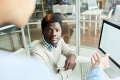Programador africano joven en el entrenamiento Foto de archivo