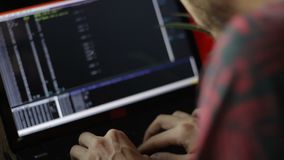 Programador anónimo Hacker Writing Codes almacen de metraje de vídeo