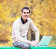 Programador con el cuaderno Foto de archivo libre de regalías