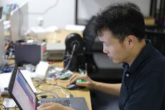Programador de desarrollo profesional que trabaja en página web programada un software y que cifra tecnología, escribiendo código foto de archivo