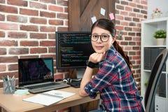 Programador de sexo femenino que se sienta en oficina de trabajo fotos de archivo