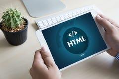 Programador del diseño del código del web del DESARROLLADOR del HTML del PHP que trabaja en una suavidad fotografía de archivo libre de regalías