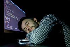 Programador do Freelancer que cai sua cara que toma para baixo uma sesta Fotografia de Stock Royalty Free