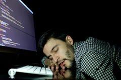 Programador do Freelancer que cai sua cara que toma para baixo uma sesta Imagens de Stock