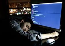 Programador do Freelancer que cai sua cara que toma para baixo uma sesta Fotos de Stock Royalty Free