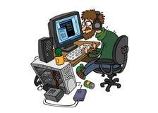 Programador dos desenhos animados que trabalha atrás do computador Imagens de Stock Royalty Free