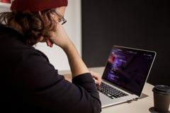 Programador e codificador que trabalham no ambiente de desenvolvimento Local de trabalho do ` s do programador imagem de stock
