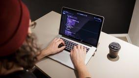 Programador e codificador que trabalham no ambiente de desenvolvimento Local de trabalho do ` s do programador fotografia de stock