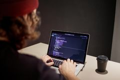 Programador e codificador que trabalham no ambiente de desenvolvimento Local de trabalho do ` s do programador imagens de stock
