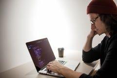 Programador e codificador que trabalham no ambiente de desenvolvimento Local de trabalho do ` s do programador fotografia de stock royalty free