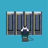 Programador en el cuarto del servidor imágenes de archivo libres de regalías