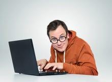 Programador en vidrios con el ordenador portátil Imagen de archivo