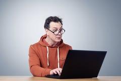 Programador en vidrios con el ordenador portátil Imagenes de archivo