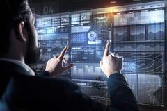Programador experiente que toca na tela ao encontrar a conexão imagens de stock