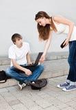 Programador joven parado de las monedas de la muchacha que lanza imagenes de archivo
