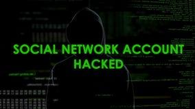 Programador masculino que corta a conta social do escritório domiciliário, ataque da rede da privacidade filme