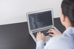 Programador novo da mulher de negócio que trabalha no escritório mãos da mulher que codificam e que programam no portátil da  imagem de stock royalty free