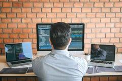 Programador profissional do colaborador que trabalha um projeto do Web site do software e que codifica a tecnologia, redigindo có foto de stock
