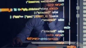 Programador que enrolla abajo de código programado en la pantalla de ordenador almacen de video