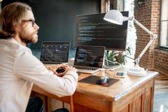 Programador que trabaja con código de programa foto de archivo