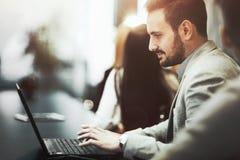 Programador que trabalha no escritório no portátil imagem de stock