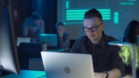 Programador que trabalha no portátil filme
