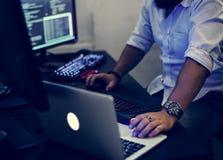 Programador que trabalha no portátil do computador fotografia de stock royalty free