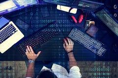 Programador que trabalha sobre o Cyberspace do software fotografia de stock