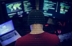Programador que trabalha sobre o Cyberspace do software foto de stock