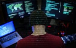 Programador que trabalha sobre o Cyberspace do software fotos de stock