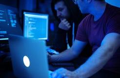 Programador que trabalha sobre o Cyberspace do software fotos de stock royalty free