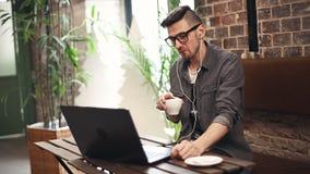 Programador Sitting en café almacen de metraje de vídeo