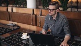Programador Sitting en café metrajes
