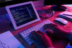 Programador talentoso Working Late foto de stock