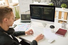 Programador web novo Writing Code imagens de stock