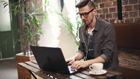 Programador Working Hard en café metrajes