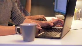 Programadores com o café que trabalha em computadores video estoque