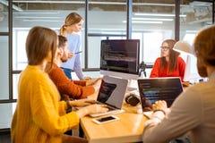 Programadores que trabalham no escritório foto de stock