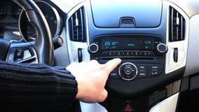 Programas da estação de rádio do interruptor no carro filme