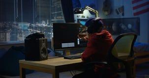 Programista chłopiec cyfrowanie na jego komputerze zdjęcia royalty free