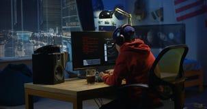 Programista chłopiec cyfrowanie na jego komputerze zdjęcie stock