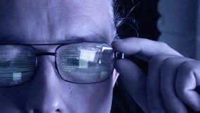 Programista lub hacker - oprogramowanie kod odbija w szkle zdjęcie wideo