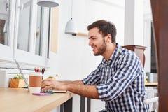 Programista lub założyciel przy laptopu pecetem obrazy royalty free