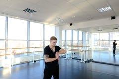 Programista w sportswear robi gimnastykom unikać problemy z fotografia royalty free